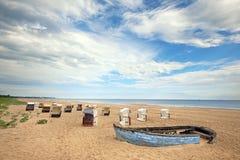 一张老渔夫小船和传统木海滩睡椅在isl 免版税库存照片
