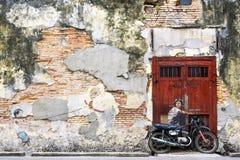 一张自行车街道艺术壁画的男孩在乔治城,槟榔岛,马来西亚 库存图片
