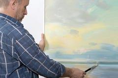 一张艺术家绘画在演播室 免版税库存图片