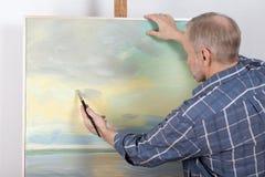 一张艺术家绘画在演播室 免版税库存照片