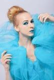 一张蓝色纱出王牌的典雅的美丽的妇女 库存照片