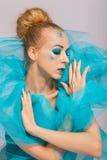 一张蓝色纱出王牌的典雅的美丽的妇女 库存图片