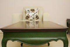 一张豪华桌的特写镜头,葡萄酒实体木材家具细节 库存图片