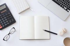 一张运转的书桌的顶视图有开放笔记本的 免版税库存图片