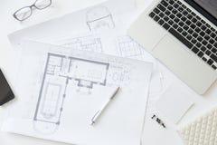 一张运转的书桌的顶视图有建筑师图画的 图库摄影