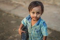 一张逗人喜爱的缅甸男孩面孔在一个乡村 库存照片