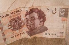 一张500个墨西哥比索票据似乎是愉快的 免版税库存照片