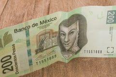 一张200个墨西哥比索票据似乎是愉快的 免版税库存图片