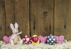 一张贺卡的土气复活节木背景用鸡蛋。 免版税库存照片