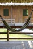 一张兴高采烈的面孔的Pareidolia与吊床和两个窗口的 库存照片