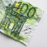 一张hundret欧洲票据-起皱纹的100欧元票据宏指令 免版税库存图片