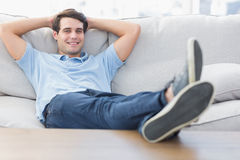 一微笑的人放松的画象 免版税库存图片