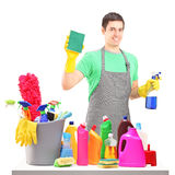 一微笑的男性擦净人用清洁设备 库存图片