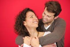 一愉快夫妇拥抱的纵向 免版税库存照片