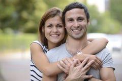 一愉快夫妇拥抱的纵向 库存图片