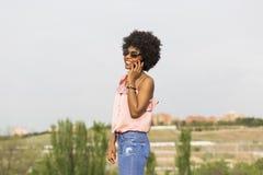 一愉快年轻美好美国黑人妇女微笑的画象 库存照片