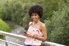 一愉快年轻美好美国黑人妇女微笑的画象 免版税库存照片