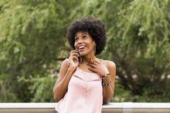 一愉快年轻美好美国黑人妇女微笑的画象 库存图片