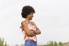 一愉快年轻美好美国黑人微笑的画象 Clou 免版税库存图片