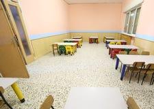一所学校的餐厅为孩子的有小椅子和桌的 库存图片