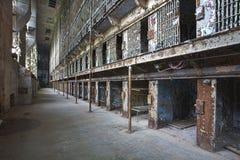 一所老监狱的里面的单元块 免版税库存照片