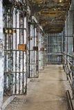 一所老监狱的里面的单元块 免版税库存图片