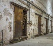一所被放弃的监狱的内部 库存图片