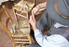 一把专家的充塞的椅子的手在工作 库存照片