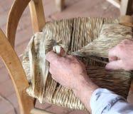 一把专家的充塞的椅子的手 免版税库存照片