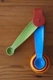 一把五颜六色的蓝色量匙 免版税库存图片