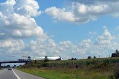 一把刀片的一个翼重的货车使用费运输的风轮机的 免版税库存图片