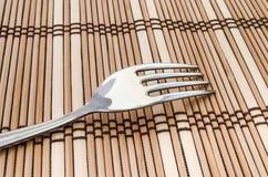 一把叉子的特写镜头在餐桌上的 图库摄影