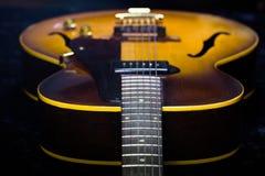 一把古色古香的爵士乐Archtop吉他的长远看法 图库摄影