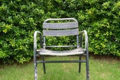 一把唯一老钢椅子在庭院里 库存图片