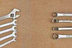 一把在木背景的各种各样的板钳扳手工具 库存照片