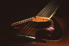 一把声学吉他的细节有国家蓝色口琴的 库存照片