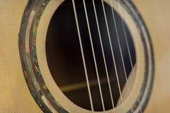 从一把声学吉他中被做的特写镜头 免版税库存图片