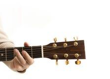 一把声学吉他的特写镜头床头柜 库存图片