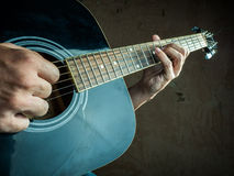 一把声学吉他的特写镜头照片由a使用了 免版税库存照片