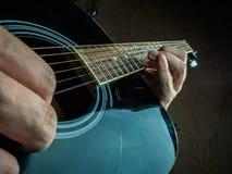 一把声学吉他的特写镜头照片由a使用了 图库摄影