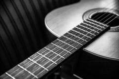 一把声学吉他的特写镜头 库存照片