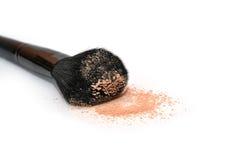 一把大粉末刷子 化妆用品 秀丽表面方式重点杂志做粉末虚拟 查出 构成 免版税库存照片
