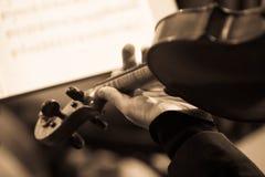 一把小提琴的片段在音乐家的手上 免版税库存图片