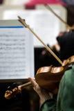 一把小提琴的片段在音乐家的手上 免版税图库摄影