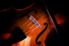 一把小提琴的细节在模糊的黑暗的背景的,选择的焦点a 库存照片
