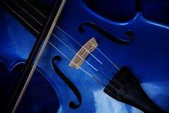 一把小提琴的细节有蓝色闪烁油漆的,乐器b 库存照片