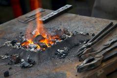 一把小铁砧、伪造和铁匠工具 免版税库存图片