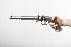 一把左轮手枪在女孩的手上 图库摄影