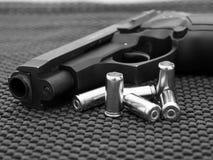 一把手枪的特写镜头有弹药的 免版税库存图片