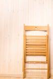 一把折叠椅的垂直的射击在墙壁附近的 库存图片